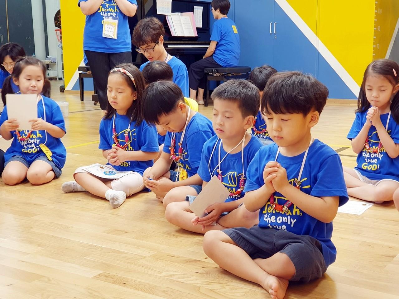 2019 유치부 여름성경학교 수료식 후 기도모습.jpg