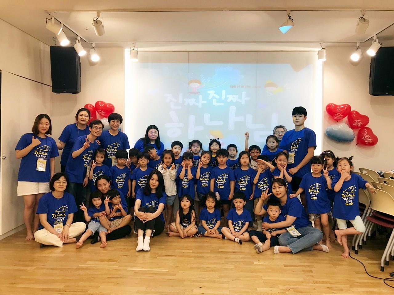 2019 유치부 여름성경학교 첫째날 단체사진.jpg
